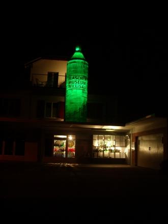 und nachts ist diese Flasche beleuchtet. (2/3)